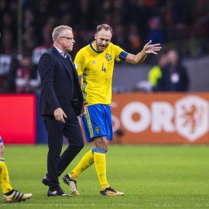 Andreas Granqvist och Janne Andersson diskuterar.