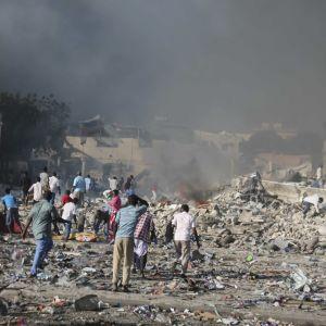 Förödelsen var stor efter explosionen vid gatukorsningen K5 i centrum av Mogadishu.