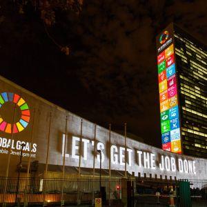 De 17 Globala målen projiceras på FN:s högkvarter i New York år 2015.