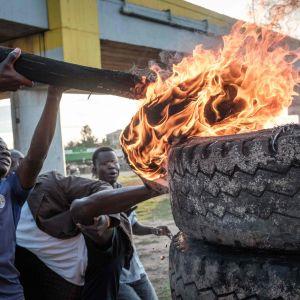Demonstration vid en vallokal i Kisumu i Kenya.