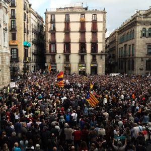Hundratals människor samlades utanför en specialdomstol i Madrid när katalanska separatistledare skulle förhöras