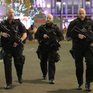 Beväpnade poliser i London svarar på eventuell skottlossning på tunnelbanestationen Oxford Circus.