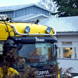 Lastbil utanför skola.