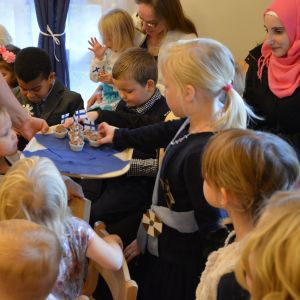 Barn som firar Finland hundra år på dagis.