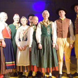 Medlemmar i Västnyländska spelmän och folkdansare.