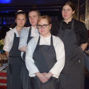 Personalen vid Delta Cafe i Ingå har bakat i två dagar inför festen.