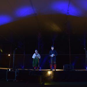 Konferenciererna Lilli Sukula-Lindblom och Henrik Wickström hade tre klädbyten under kvällen. Folkdräkten blev valet efter att Västnyländska spelmän och folkdansare hade uppträtt.