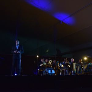 Bassångaren Heikki Orama, Dragsviks traditionsmusikkår och jubileumskören framförde ouvertyr ur operan Kung Karls Jakt.
