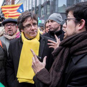 Kataloniens avsatta regionpresident Carles Puigdemont deltar i katalansk demonstration i Bryssel.