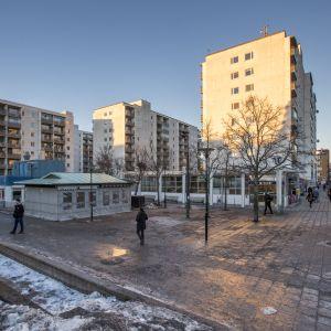 Höghus kring tunnelbanestationen.