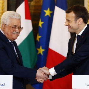 Palestinernas president Mahmoud Abbas och hans franska kollega Emmanuel Macron skakar han efter presskonferens i Paris.