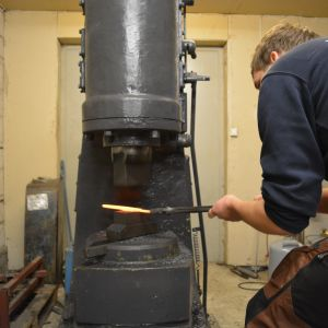 Simon Nylund bearbetar knivmaterialet
