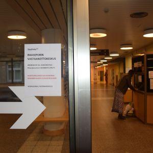 Entréen vid Raseborgs mottagningscentral i Mjölbolsta.