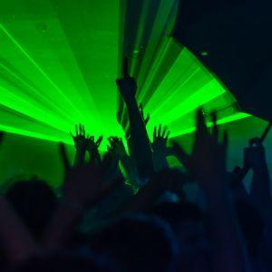folk som dansar i en klubb, gröna laserljus