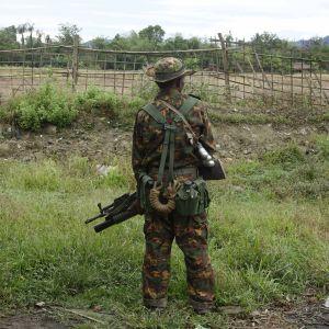 En burmesisk soldat står och vaktar gränsen mot Bangladesh.
