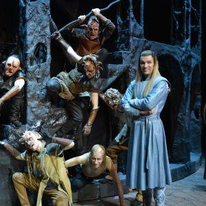 Skådespelare utklädda till orcher och Legolas i Sagan om ringen- pjäsen på Åbo stadsteater.