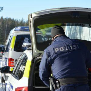 Polisen utför en trafikrazzia.