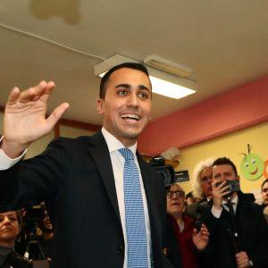 Femstjärnerörelsens ledare Luigi di Maio röstade i en vallokal i Neapel på söndagen.