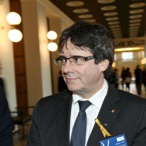 Puigdemont på besök i Finlands riksdag.
