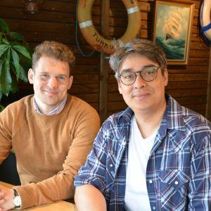 Rasmus Basilier och Jerry Wahlforss sitter bredvid varandra.