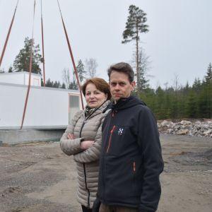 Raija Rehnberg och Mikael Jern följer med byggnadsarbetena vid det nya slakteriet i Västankvarn.