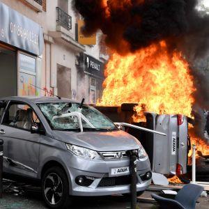 Vandaliserade bilar och motorcyklar under förstamajdemonstrationen i Paris.