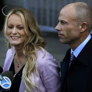 Stormy Daniels med sin advokat Michael Avenatti