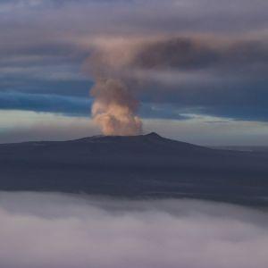 Experter befarar ännu mer våldsamma utbrott på Kilauea, där askan från kratrarna också börjar hota flygtrafiken på Hawaii öarna
