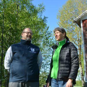 Harri Jaskari och Tove Söderholm vid Wahlrooska gården.