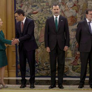Pedro Sánchez (andra från vänster) svor sin ed inför kung Felipe av Spanien (i mitten)