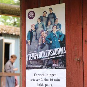 Affischen för pjäsen Stenplockerskorna