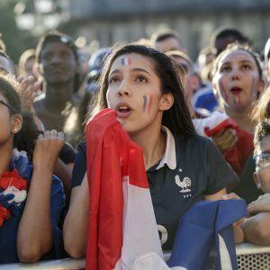 Franska supportrar följer semifinalen mot Belgien i Paris.