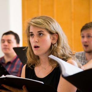 Italialainen Anna Pontalti laulaa Euro Choir kuorossa.
