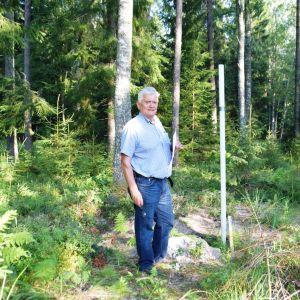 Vattenverkets direktör Tom Törnroos vid ett grundvattenmärke i Ekerö, Horsbäck.