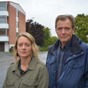 Forskare Eva Högfors-Rönnholm och Sten Engblom utanför Yle i Vasa.