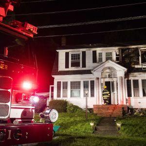 Brandkåren går in i hus efter gasexplosioner utanför Boston.