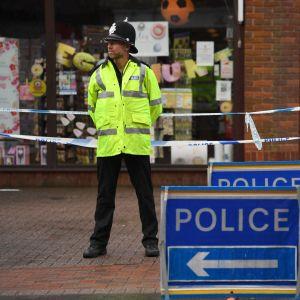 Polisen spärrade av området kring en italiensk restaurang i Salisbury då ett par plötsligt insjuknade i restaurangen