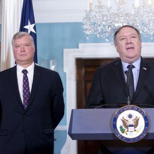 USA:s utrikesminister Mike Pompeo (till höger) presenterade Stephen Biegun (till vänster) som USA:s nye Nordkoreasändebud den 23 augusti. Biegun var tidigare en av toppcheferna inom Fordkoncernen.
