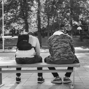 Svart vit bild på ryggen på två ungdomar