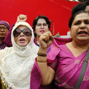 Kvinnor demonstrerar i samband med den internationella kvinnodagen i Dhaka, Bangladesh 8.3.2017. Demonstranterna kräver jämställdhet i arbetslivet, trygghet och rättvisa löner.