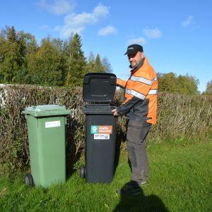 Johan Forsman kör ut de sista bioavfallskärlen innan det nya systemet tas i bruk
