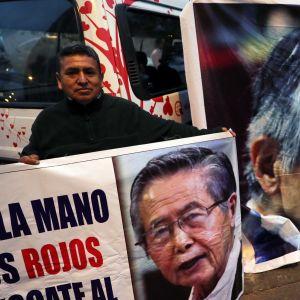 Anhängare demonstrerade till stöd för Fujimori utanför det sjukhus dit han togs efter att benådningen av honom hävts.
