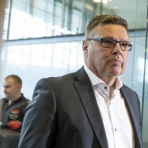Entinen huumepoliisin päällikkö Jari Aarnio Jari Aarnio Helsingin käräjäoikeudessa 02.10.2018