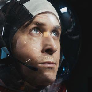 Neil Armstron (Ryan Gosling) i närbild i sin rymddräkt.