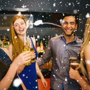 Unga dricker öl på fest.