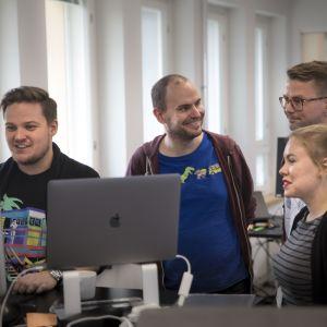 Fraktion Jaani Leskinen, Mikko Forsström, Teemu Virta ja Maaira Aspiala toimistossa.