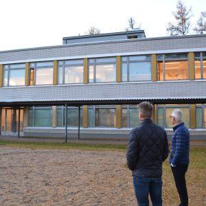 Rektor Peter Lindqvist och bildningsdirektör Jan Levander i Jakobstad betraktar högstadiets specialutrymmen