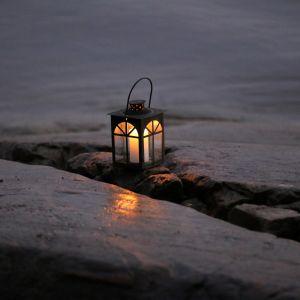 Kynttilälyhty rantakalliolla