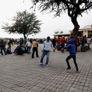 Honduranska ungdomar vid ett migrantcenter