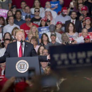 Trump talar inför anhängare.